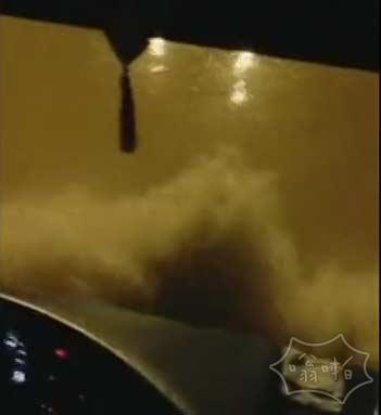 视频:南方暴雨惊现神级淡定大巴司机 水已经漫过了驾驶台 乘客尖叫