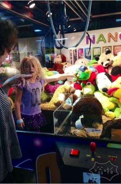 钻到了机器里,见人就发娃娃:愤怒小萝莉完美报复抓娃娃机