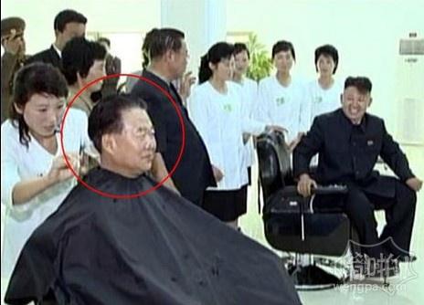 金正恩和崔龙海在理发