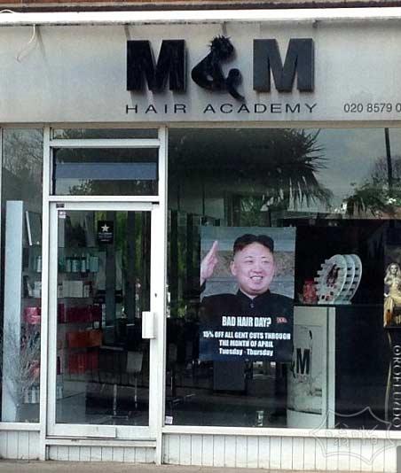 """""""不要不尊重最高领袖!"""" 朝鲜官员要求伦敦理发师取下金正恩""""坏头发的一天""""海报"""