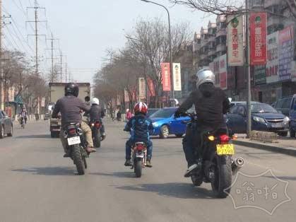 路上看到一摩托车队