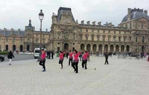 广场舞的大妈们终于走向世界:中国大妈法国卢浮宫跳广场舞