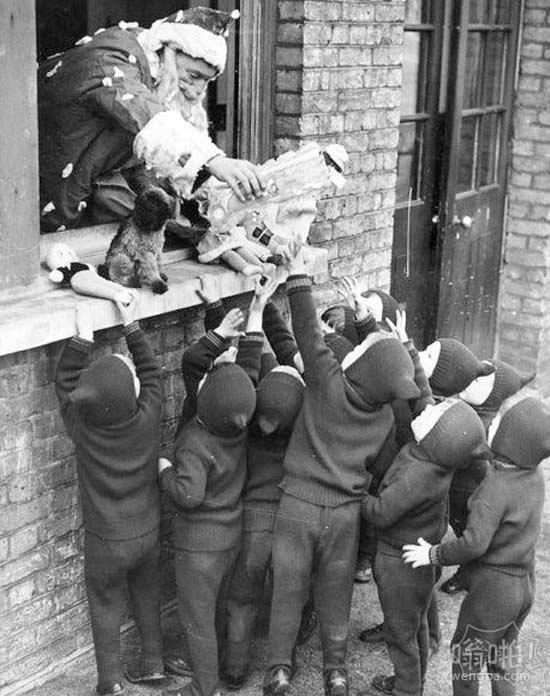 我们分发礼物。援助和收养家庭协会在莱顿斯通,1938年。