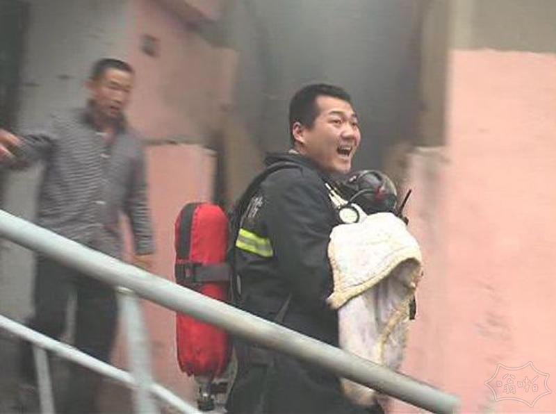 一家5口困火场 消防员让出面罩戴给婴儿
