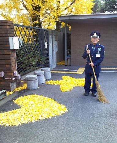 日本扫落叶的门卫大爷