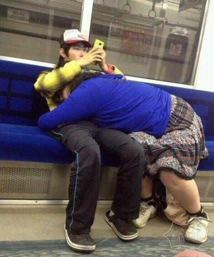 为什么男人总爱看手机而不理女朋友??