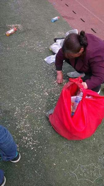 请不要在足球场嗑瓜子,笤帚是扫不起来的,阿姨用手捡不容易!