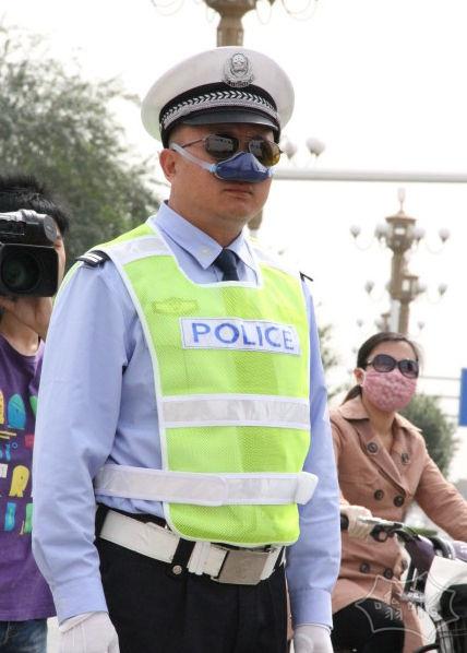 石家庄交警有了实用却不影响执法的神器