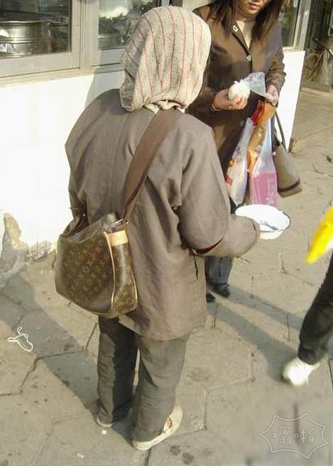 今天在街上遇到个讨钱的,当我掏出一百块钱正准备要给她的时候我哭了。