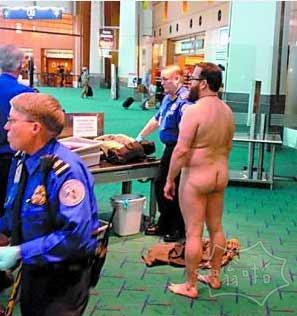 2050年,一人在美国机场过安检时,报警器老是叫,脱了上衣和下衣,还叫,又脱了内衣,还叫,只好全光,还是叫。 只好对保安说:我是中国人。保安立即放行,并对一个新手解释:他们都重金属超标。。