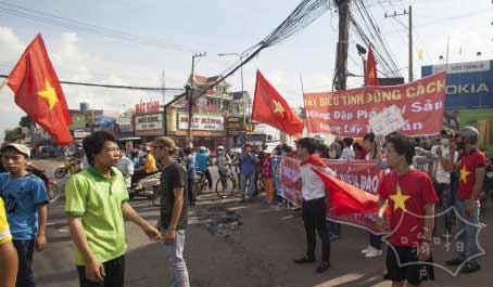 越南暴徒打砸中资企业,越南排华暴力事件至1名中国人死亡