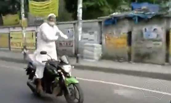 印度白胡子老头开挂秀车技 音乐一响笑尿了