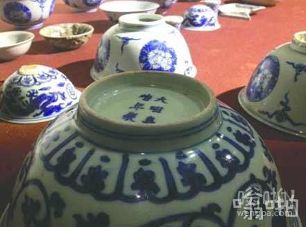 四川农民锄地挖出24件明代官窑青花瓷 警方收走