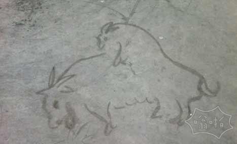 一个捡破烂老汉在地上随便画的双羊图,觉得可以的给个赞