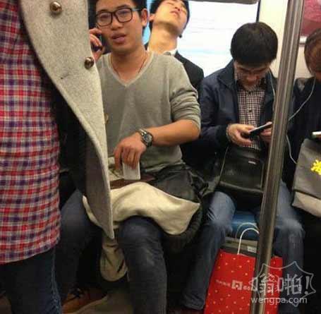 地铁上看到的一幕