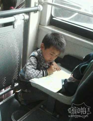 学霸是怎样炼成的 公交车上小学霸认真写作业