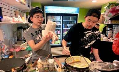 励志:美国留学生专职卖煎饼 第一天他们的煎饼就脱销了