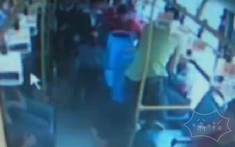 温州永嘉公交车男子暴打14岁学生:温州男子暴打14岁学生(视频)