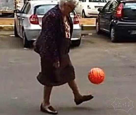 罗马街头现神奇足球奶奶 穿半裙秀球技引尖叫(视频)