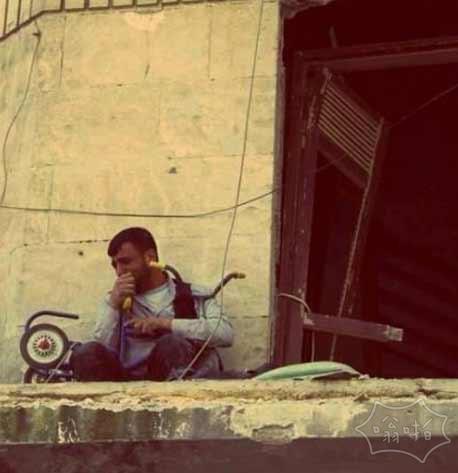 叙利亚男子拥抱他儿子以前乘坐的三轮车,他儿子在之前的空袭中被无辜杀害。