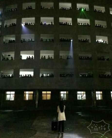 大四学姐男生宿舍前深情献唱 致敬大学时光