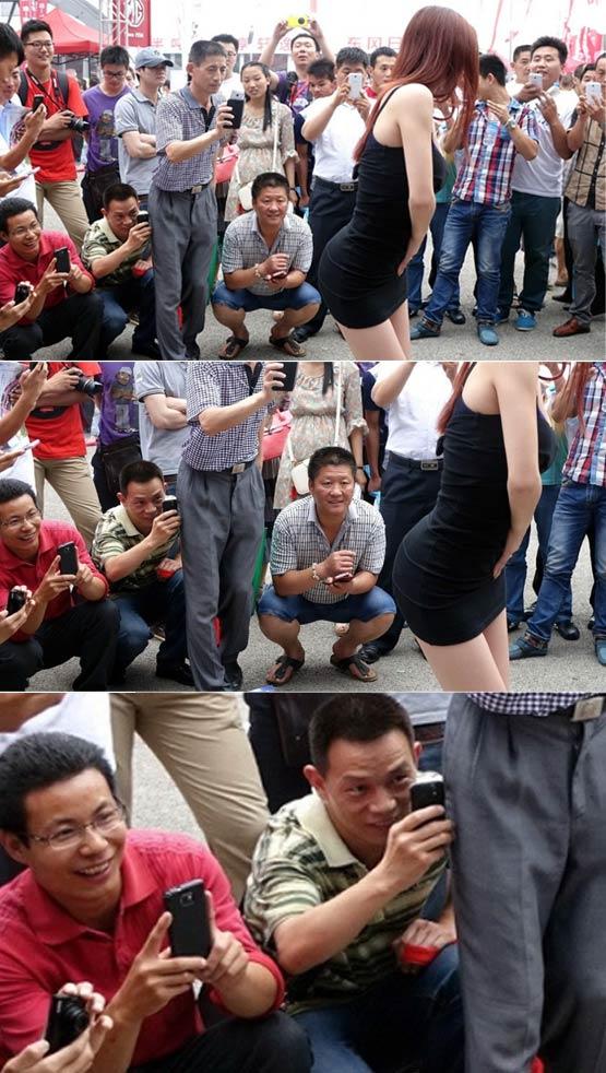 郑州车展车模摆大尺度动作引众人围拍