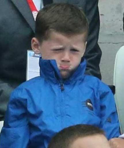 """英格兰输球后,鲁尼儿子凯都快哭了。。。英媒也出来安慰:""""凯,开心点儿,至少爸爸进球了!"""""""