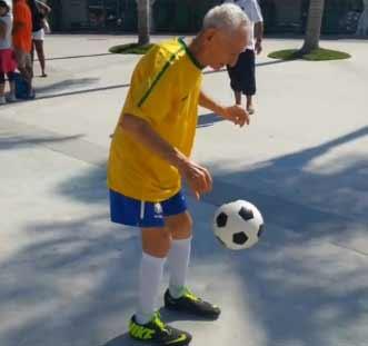 足球王国巴西90岁球迷秀颠球技术(视频)