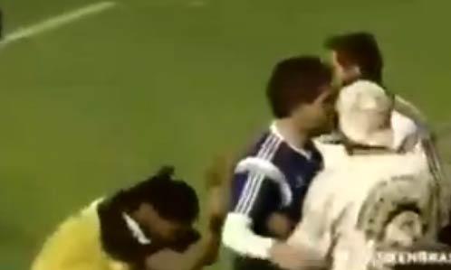 梅西巴西首次训练 引翻版小罗冲入球场跪拜(视频)