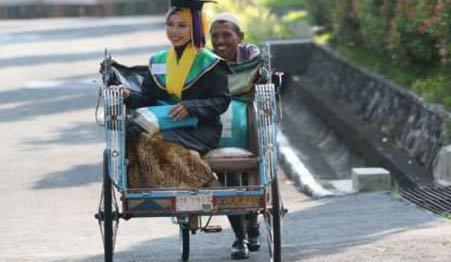 印尼女孩以优异成绩毕业,让她爸爸带她去毕业典礼
