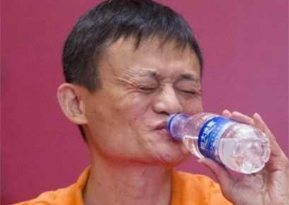 马云喝恒大冰泉的表情 许教授知道么