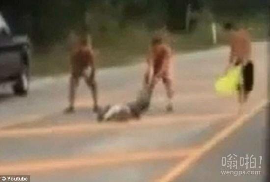 2B青年欢乐多:美国3青年酒后徒手肉搏鳄鱼反被咬手缝80多针(视频)