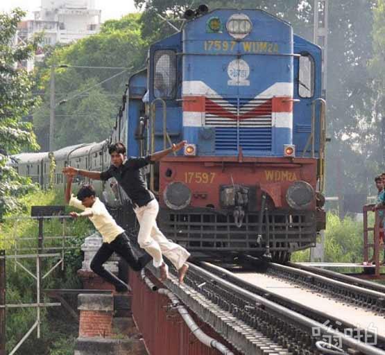 """印度""""死亡飞车""""游戏走红 火车逼近时跳离铁轨"""
