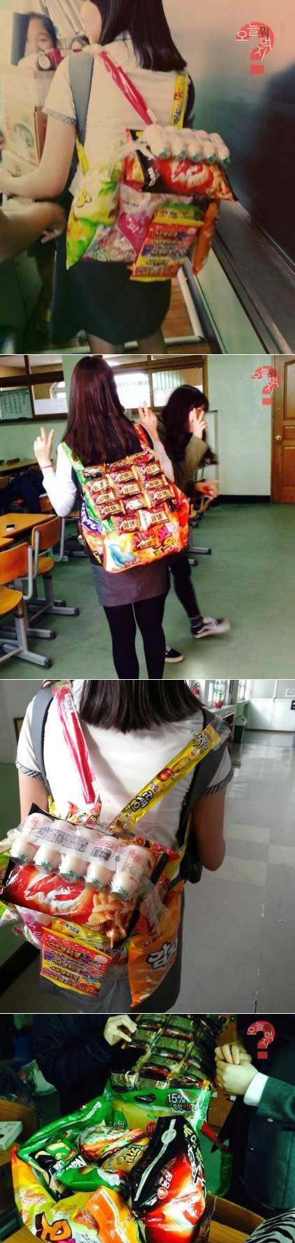 韩国学生中流行的生日礼物零食背包。物零食背包的制作非常简单:把五包零食缠起来做成包包的形状,好几排巧克力派或者酸奶放在上面做成包盖。物零背带可以用长条软糖来做!哈哈哈背上这个上街绝对拉轰啊!