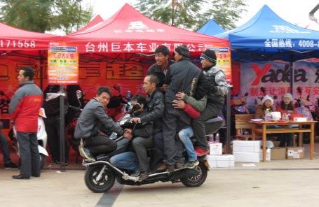 这是在耍杂技吗:八个大老爷们坐一辆电动车