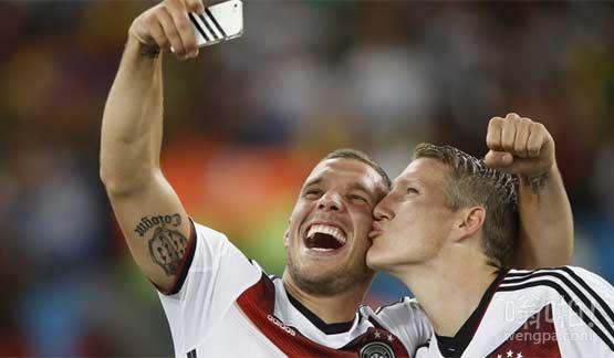 """世界杯决赛后德国悍将亲嘴自拍""""基情""""无限"""