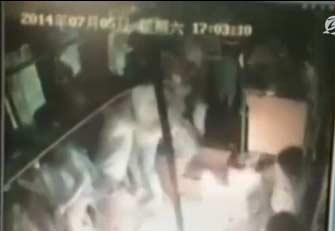 杭州公交纵火案监控曝光:男子公交上淡定撒不明液体无人上前制止,乘客瞬间被火吞没