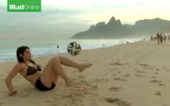 阿根廷模特在Fiorella酒店伊帕内玛海滩即兴坐地颠球(视频)