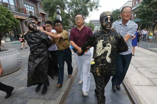 """北京前门""""铜人""""强收合影费 6人被抓现行"""