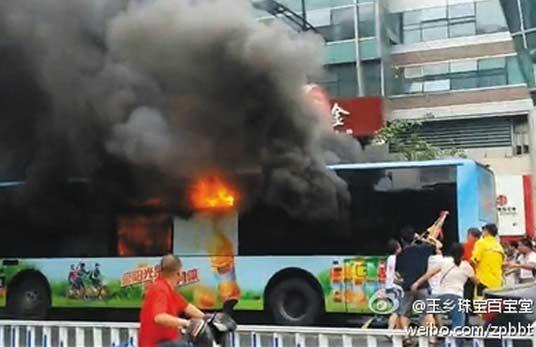 杭州公交起火燃烧车内80余人乘客现场惨烈,公交车纵火嫌犯被烧成重伤(视频)