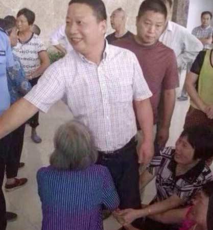 义乌8旬老人下跪官员微笑 官方称微笑系礼节性回应