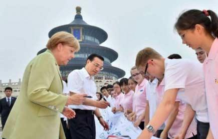 """荷兰首相已紧急约见中国驻荷大使,要求马上紧急访华,第一站也是成都,并且也要吃宫爆鸡丁,据说还谈到纪念""""8.1""""的问题。。。阿根廷总统已提出严正抗议"""