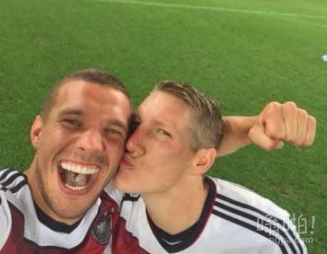 德国赢得世界杯波多尔斯基就发布这个和施魏因施泰格在世界杯决赛场地的自拍!
