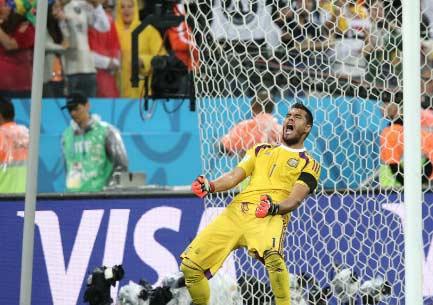 阿根廷获胜内幕:阿根廷对战荷兰队点球时阿根廷助教小纸条写荷兰队罚点球方向
