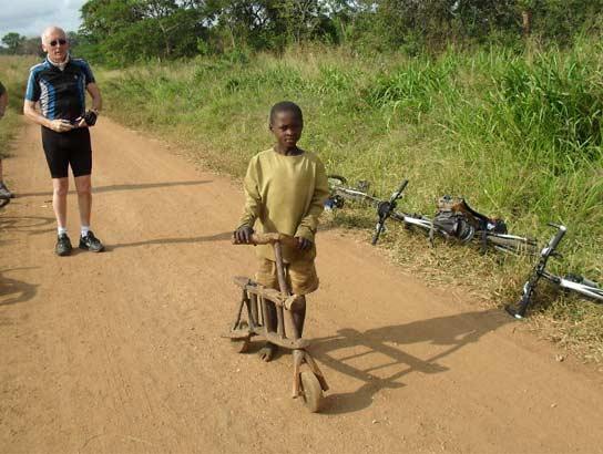 坦桑尼亚一个小孩向我们秀了他的单车