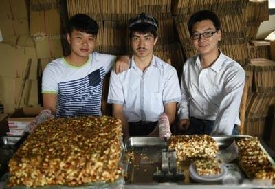 新疆卖切糕小伙阿迪力·买买提吐热为云南鲁甸地震灾区捐赠1万斤切糕(多图)