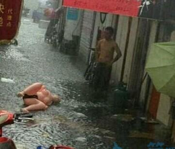 大雨冲走了女朋友,要去救吗