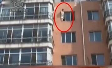 """女大学生站6楼窗台跳楼 大喊""""都教授我爱你""""(视频)"""