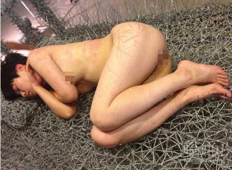 全裸睡铁丝床:北京现在画廊行为艺术全裸女子睡铁丝床 持续36天