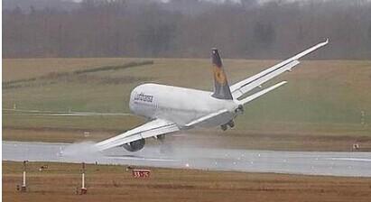 武汉机场塔台管制员睡岗致航班复飞
